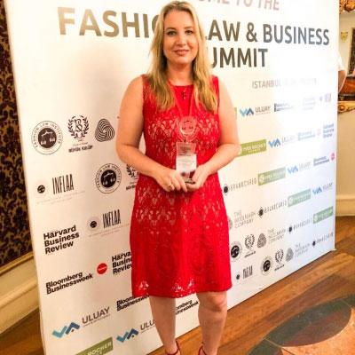 Advogada da TADV recebe prêmio internacional pela atuação no Direito da Moda
